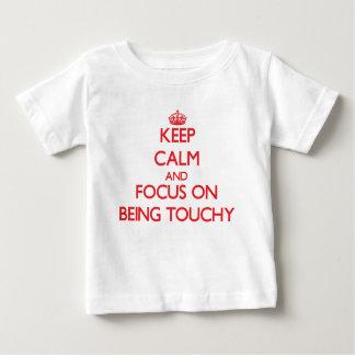 Guarde la calma y el foco en ser delicado playera