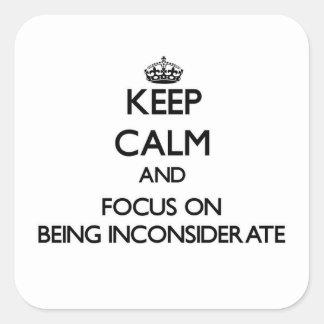 Guarde la calma y el foco en ser desconsiderado pegatina cuadrada