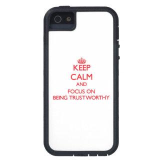 Guarde la calma y el foco en ser digno de confianz iPhone 5 Case-Mate cobertura