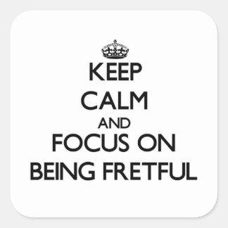 Guarde la calma y el foco en ser displicente pegatinas cuadradas personalizadas