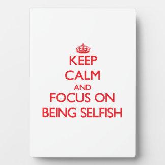 Guarde la calma y el foco en ser egoísta placas de plastico