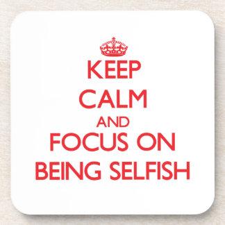 Guarde la calma y el foco en ser egoísta posavasos de bebida
