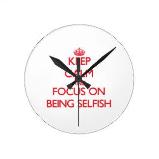 Guarde la calma y el foco en ser egoísta reloj de pared