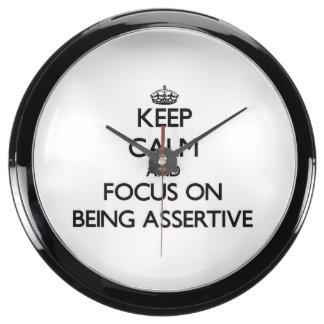 Guarde la calma y el foco en ser enérgico reloj aqua clock