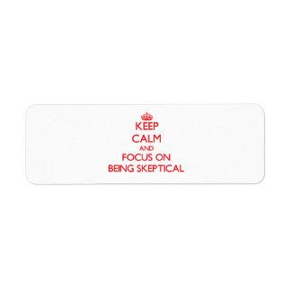 Guarde la calma y el foco en ser escéptico etiqueta de remite