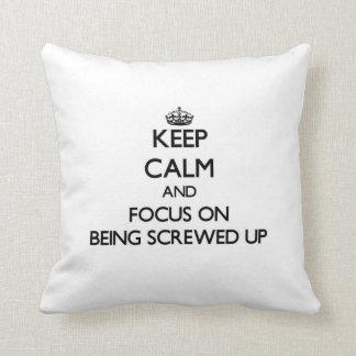 Guarde la calma y el foco en ser estropeado almohada