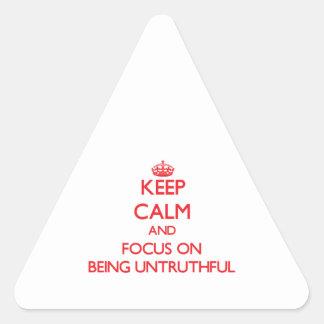 Guarde la calma y el foco en ser falso pegatina triangular