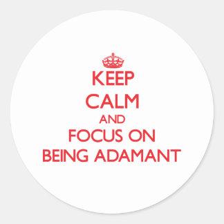 Guarde la calma y el foco en ser firme etiqueta redonda