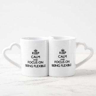 Guarde la calma y el foco en ser flexible tazas para parejas