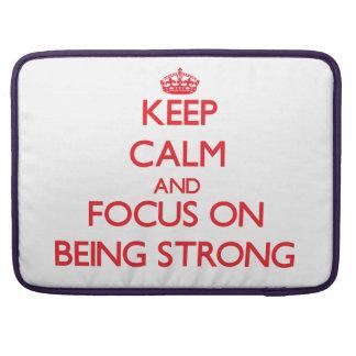 Guarde la calma y el foco en ser fuerte fundas para macbooks