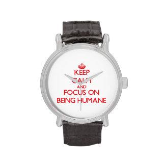 Guarde la calma y el foco en ser humano relojes de mano