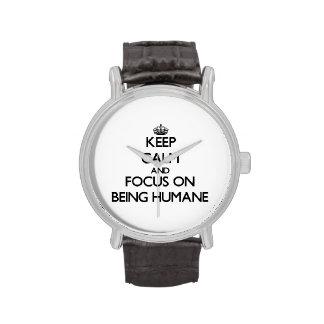 Guarde la calma y el foco en ser humano reloj de mano