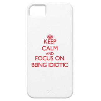 Guarde la calma y el foco en ser idiota iPhone 5 funda