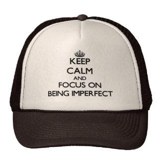 Guarde la calma y el foco en ser imperfecto gorras