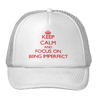 Guarde la calma y el foco en ser imperfecto gorro de camionero