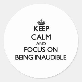 Guarde la calma y el foco en ser inaudible pegatina redonda