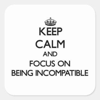 Guarde la calma y el foco en ser incompatible calcomanía cuadradas personalizadas