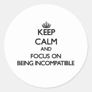 Guarde la calma y el foco en ser incompatible pegatina redonda