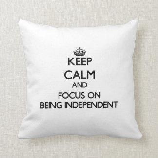Guarde la calma y el foco en ser independiente almohadas
