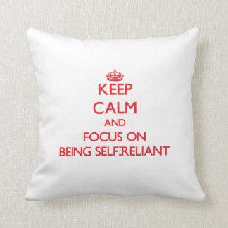 Guarde la calma y el foco en ser independiente almohada