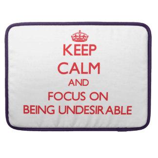 Guarde la calma y el foco en ser indeseable funda macbook pro