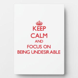 Guarde la calma y el foco en ser indeseable placa para mostrar