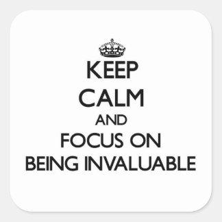Guarde la calma y el foco en ser inestimable calcomanías cuadradass
