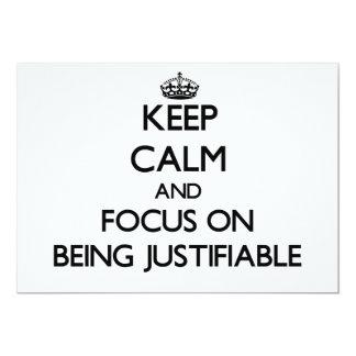 Guarde la calma y el foco en ser justificable invitación 12,7 x 17,8 cm