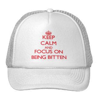 Guarde la calma y el foco en ser mordido gorra