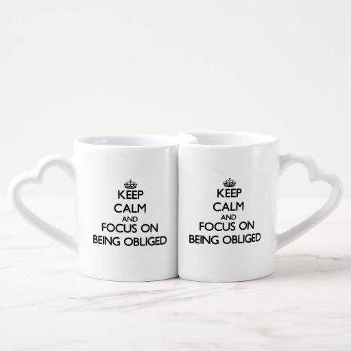 Guarde la calma y el foco en ser obligado tazas para parejas