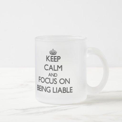 Guarde la calma y el foco en ser obligado taza