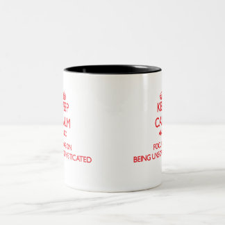 Guarde la calma y el foco en ser sencillo taza de dos tonos
