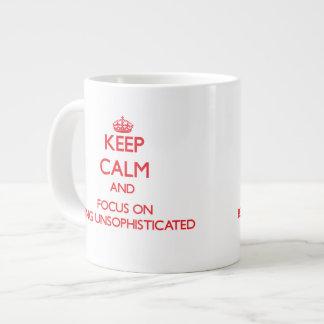 Guarde la calma y el foco en ser sencillo taza grande