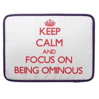 Guarde la calma y el foco en ser siniestro fundas para macbook pro