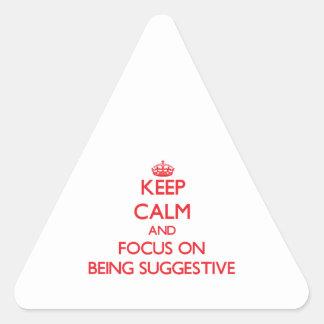 Guarde la calma y el foco en ser sugestivo pegatina triangular
