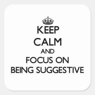 Guarde la calma y el foco en ser sugestivo pegatina cuadrada