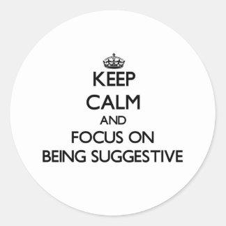 Guarde la calma y el foco en ser sugestivo pegatina redonda
