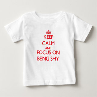 Guarde la calma y el foco en ser tímido playeras