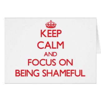 Guarde la calma y el foco en ser vergonzoso tarjeta de felicitación