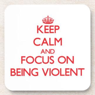 Guarde la calma y el foco en ser violento posavasos de bebida