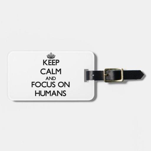 Guarde la calma y el foco en seres humanos etiquetas maleta