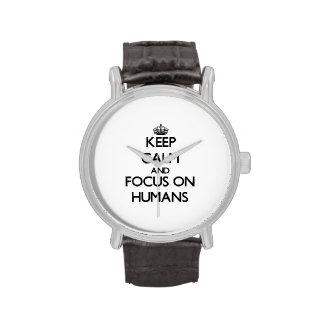 Guarde la calma y el foco en seres humanos reloj de mano