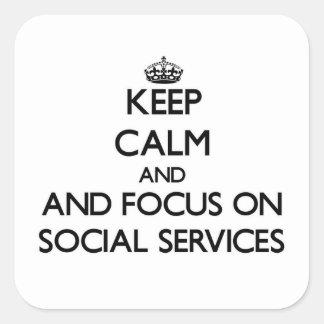 Guarde la calma y el foco en servicios sociales pegatina cuadrada