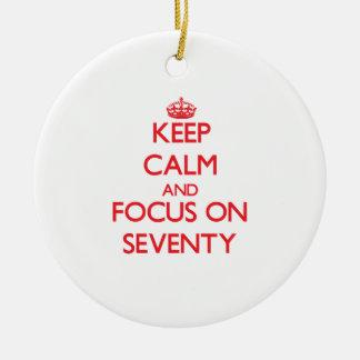 Guarde la calma y el foco en setenta adorno de navidad