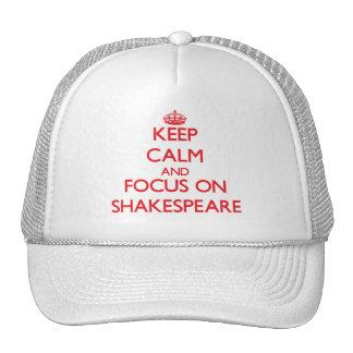 Guarde la calma y el foco en Shakespeare Gorros Bordados