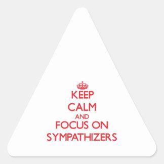 Guarde la calma y el foco en simpatizantes pegatina triangular