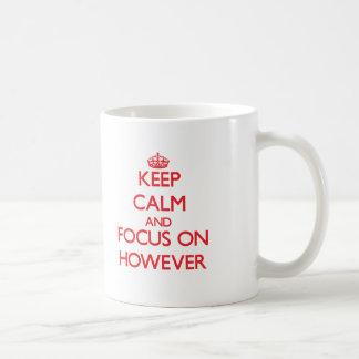 Guarde la calma y el foco en sin embargo taza básica blanca