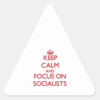 Guarde la calma y el foco en socialistas calcomanía triangulo