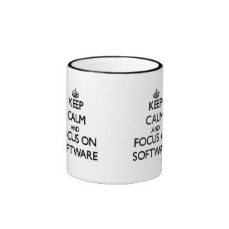 Guarde la calma y el foco en software taza a dos colores