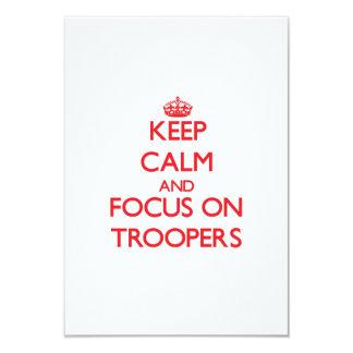"""Guarde la calma y el foco en soldados de invitación 3.5"""" x 5"""""""